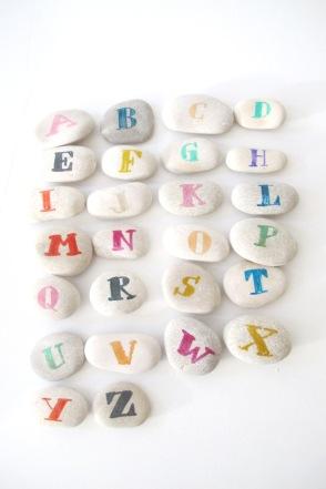 alfabeto piedras juguetes diy